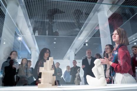 Z prawej kuratorka wystawy Małgorzata Jędrzejczyk