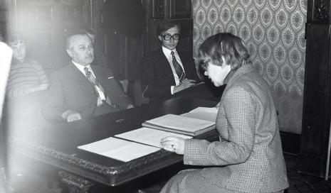 Janina Ładnowska (Dział Sztuki Nowoczesnej), w pierwszym rzędzie siedzą od prawej Piotr Krukowski (aktor Teatru Nowego w Łodzi) i Ryszard Brudzyński (wicedyrektor ms)