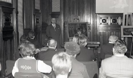 Ryszard Brudzyński (wicedyrektor ms), Janina Ładnowska (Dział Sztuki Nowoczesnej) oraz publiczność w sali odczytowej ms