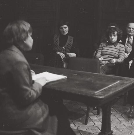 Janina Ładnowska (Dział Sztuki Nowoczesnej) oraz publiczność w sali odczytowej ms