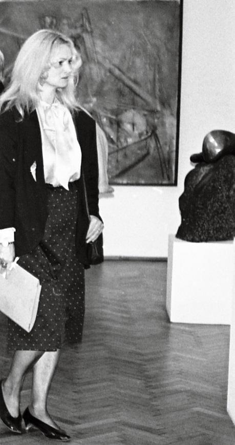 Wizytatorka w sali wystawowej ms