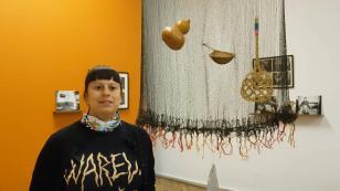 Carolina Caycedo opowiada o pracy Czerwony i czarny