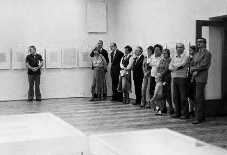 Od lewej x, Anna Szpakowska-Kujawska (córka artysty) z mężem, Janusz Zagrodzki (Dział Grafiki i Rysunku Nowoczesnego), druga córka artysty, Ryszard Brudzyński (wicedyrektor ms), x, Genowefa Okulicz  (Dział Naukowo - Oświatowy), Maria Koncewicz, dyr. Bernard Kepler (BWA w Łodzi), Jadwiga Borzęcka (Dział Naukowo - Oświatowy), M. Sławiński (BWA w Łodzi)
