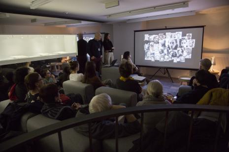 Spotkania na antresoli: Katarzyna Kobro, stoją od prawej Maciej Cholewiński (Dział Dokumentacji Naukowej) i Aneta Błaszczyk-Smolec (kierownik Działu Dokumentacji Naukowej)