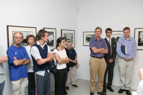 Z lewej prof. Stefan Czyżewski (PWSFTviT w Łodzi), od prawej kuratorzy wystawy Timothy Prus i Martin Parr, w czarnym garniturze tłumacz Michał Pietrzak