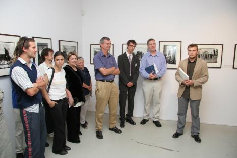 Od prawej kuratorzy wystawy Krzysztof Candrowicz, Timothy Prus i Martin Parr, w czarnym garniturze tłumacz Michał Pietrzak