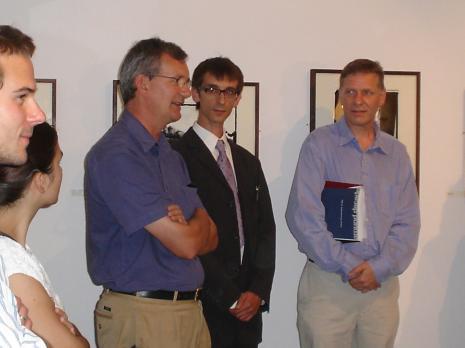 Od lewej Martin Parr (kurator wystawy, Michał Pietrzak (tłumacz), Timothy Prus (kurator wystawy)