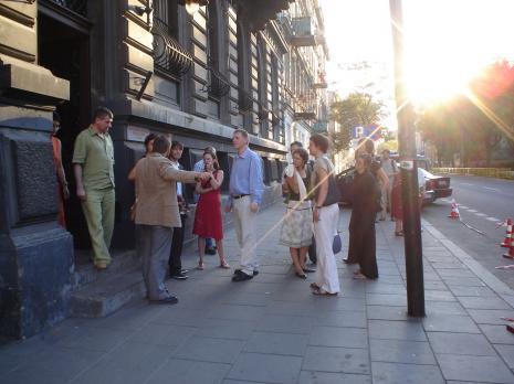 Uczestnicy wernisażu przed budynkiem ms. Fot. Maciej Cholewiński