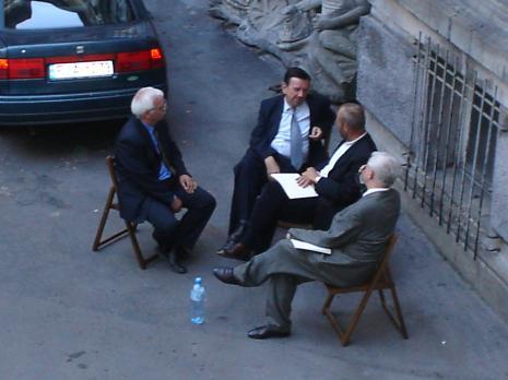 Rozmowy na dziedzińcu ms, od lewej Grzegorz Matuszak (radny), Franciszek Cemka (departemant MKiDN), dyr. Mirosław Borusiewicz (ms), Jacek Ojrzyński (wicedyrektor ms)