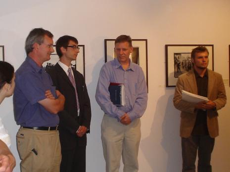 Od lewej kuratorzy wystawy Martin Parr, Timothy Prus i Krzysztof Candrowicz. W czarnym garniturze tłumacz Michał Pietrzak