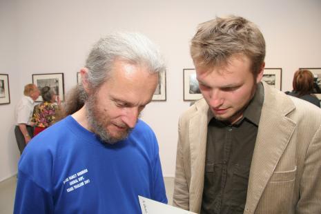 Prof. Stefan Czyżewski (PWSFTViT w Łodzi) i Krzysztof Candrowicz (kurator wystawy, Fundacja Edukacji Wizualnej)