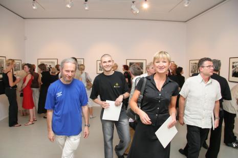 Na pierwszym planie od lewej prof. Stefan Czyżewski (PWSFTviT w Łodzi), Leszek Bartkiewicz (malarz), Magdalena Świątczak (Galeria FF w Łodzi)
