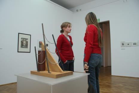 Z lewej Monika Wesołowska (Dział Realizacji Wystaw i Wydawnictw)