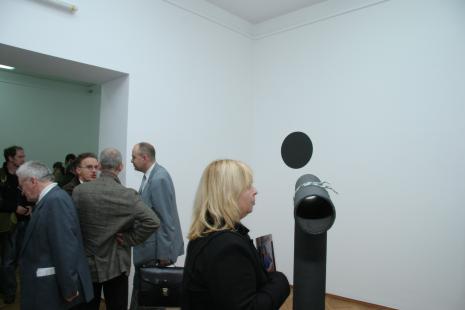 Na pierwszym planie Maria Morzuch (Dział Sztuki Nowoczesnej), z tyłu w niebiesko-szarej marynarce Jacek Michalak (galeria Atlas Sztuki w Łodzi)