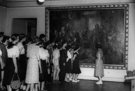 Członkowie Koła Miłośników Sztuki zwiedza Galerię Malarstwa Polskiego w Muzeum Sztuki w Łodzi