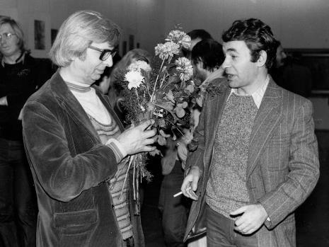 Z kwiatami Zbigniew Dłubak, z papierosem Tomasz Jastrun