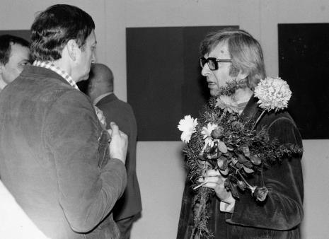 Zbigniew Dłubak (z kwiatami) w rozmowie z Krystynem Zielińskim
