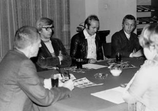 Konferencja prasowa w czytelni biblioteki Działu Dokumentacji Naukowej, od lewej dyr. Ryszard Stanisławski, Zbigniew Dłubak, x, Jerzy Olek