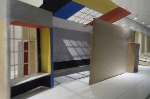 Wystawy na antresoli. Sala Neoplastyczna