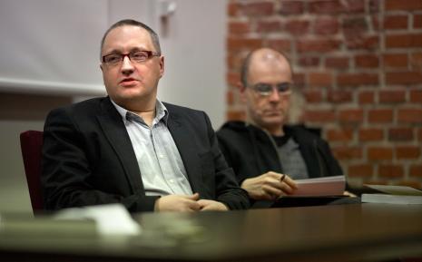 Marek Wasilewski, w głębi Jarosław Lubiak (kier. Działu Sztuki Nowoczesnej)