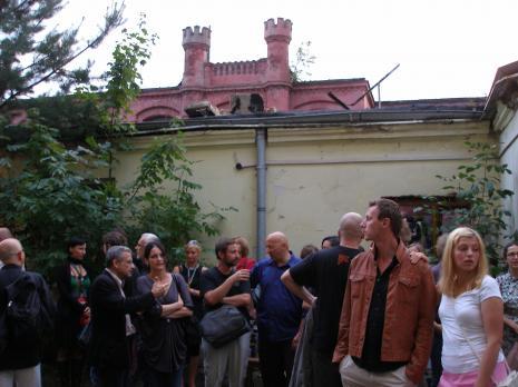 Publiczność, w okularach Paweł Hartman, z torbą Grzegorz Sztwiertnia, obok Leszek Knaflewski