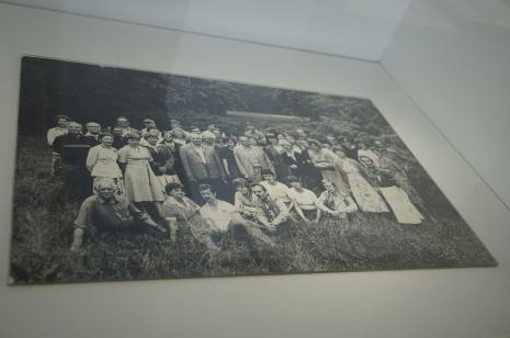 Dokumentacja wystawy. Pamiątkowa fotografia pracowników Muzeum Sztuki w Łodzi wykonana w parku na Zdrowiu, w miejscu planowanej budowy nowego gmachu ms