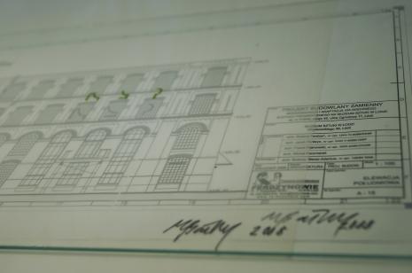 Dokumentacja wystawy. Projekt neonu (fragment) w oknach budynku ms2. Autor: Mirosław Bałka, 2008