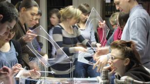 Ekologie miejskie: żyjąca maszyna / Łukasz Nowacki. Warsztaty projektowania ekologicznego: Żywe Systemy Recyklingu Wody, zorganizowane przez Muzeum Sztuki oraz Fundację Transformacja
