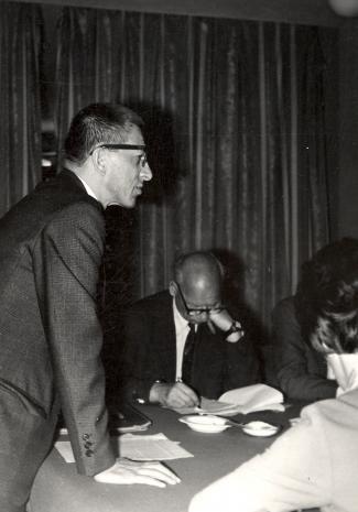 Dyr. Ryszard Stanisławski (ms) i red. Mieczysław Jagoszewski (Dziennik Łódzki) podczas konferencji prasowe w czytelni biblioteki