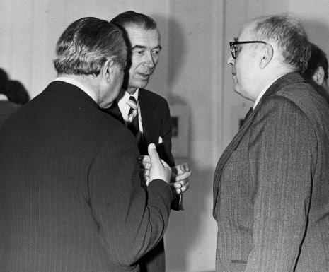 Od lewej dyr. Ryszard Brudzyński, Jakub Chojnacki, Mieczysław Potemski (Dział Sztuki Obcej)