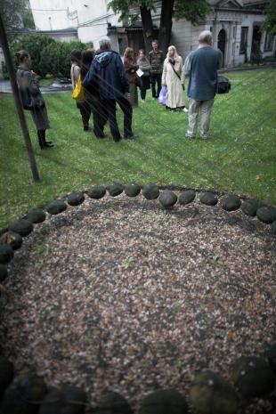 Przy rzeźbie Kena Unswortha