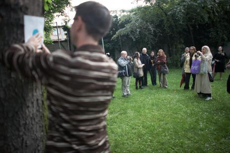 Scena w ogrodzie, od lewej w głębi x, Małgorzata Antoszewska-Moneta, Łukasz Guzek, Anna Leśniak, Krystyna Potocka, Marta Skłodowska, x, Ewa Partum, x