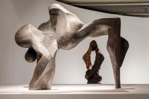 Widok wystawy; na pierwszym planie rzeźba Ludmiły Stehnovej