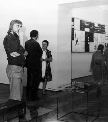 W głębi Regina Marquardt (Dział Realizacji Wystaw i Wydawnictw) w rozmowie z Jerzym Derkowskim (PWSSP w Łodzi)