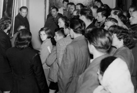 Uczestnicy imprezy zwiedzają ekspozycję