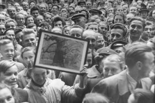 Wycieczka czytelników Expressu Ilustrowanego do Muzeum Sztuki w Łodzi, 1955