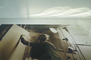 Poziomo zorientowane kolorowe zdjęcie gabloty z fotografią w sepii Opałki podczas pracy.