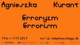 """Zaproszenie na wystawę ustawione w poziomie; na pomarańczowym tle, w centrum nazwisko artystki i tytuł """"Erroryzm"""" w języku polskim i angielskim, poniżej mniejszą czcionką w kolorze czarnym miejsce i czas wystawy; u dołu ciąg logotypów"""