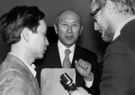 Od lewej Koji Kamoji, dyr. Masayoshi Honma (Muzeum Narodowe Sztuki Nowoczesnej w Osace),  red. Wojsław Rodacki (Polskie Radio)