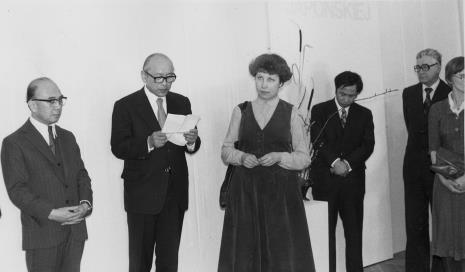 Od lewej ambasador Japonii, dyr. Masayoshi Honma (Muzeum Narodowe Sztuki Nowoczesnej w Osace), tłumaczka, Kaoru Momoeda (dyrektor The Japan Art and Culture Association), Jerzy Lorens (przewodniczący Prezydium Rady Narodowej Miasta Łodzi), tłumaczka
