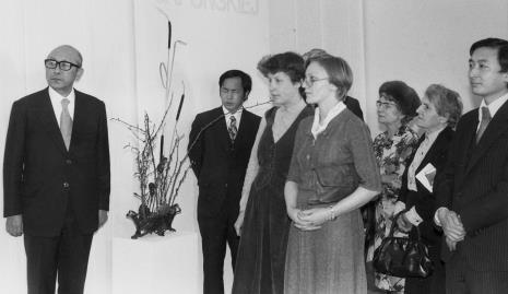 Od lewej dyr. Masayoshi Honma (Muzeum Narodowe Sztuki Nowoczesnej w Osace), dyr. Kaoru Momoeda (dyrektor The Japan Art and Culture Association), dwie tłumaczki i publiczność wernisażu