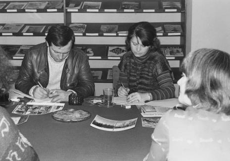 Konferencja prasowa w czytelni biblioteki Działu Dokumentacji Naukowej, red. Z. Szczepaniak (Dziennik Popularny) i red. Lucyna Hoszowska (Express Ilustrowany)
