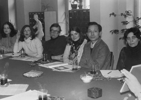 Konferencja prasowa w czytelni biblioteki Działu Dokumentacji Naukowej, od lewej od lewej Jolanta  Sadowska (Pracownia Fotograficzna ms), Anda Rottenberg (Instytut Sztuki PAN), x, żona K. Kamoji, Koji Kamoji, red. Wiesława Wierzchowska (Projekt)
