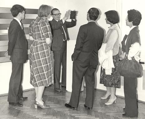 dyr. Ryszard Stanisławski oprowadza gości po wystawie