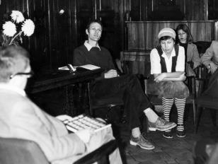 Spotkanie z krytykiem filmowym Davidem Curtisem w sali odczytowej ms, od lewej dyr. Ryszard Stanisławski, David Curtis, tłumaczka, Maria Morzuch (Dział Sztuki Nowoczesnej)