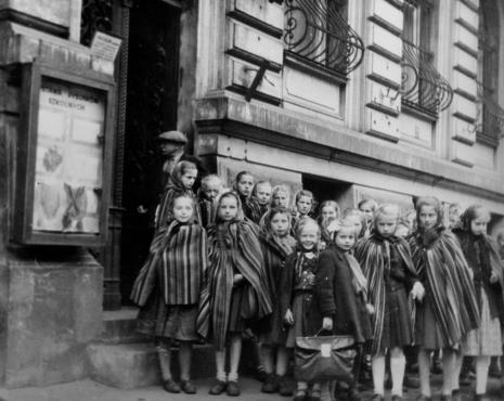 Młodzież szkolna z powiatu piotrkowskiego przed budynkiem ms