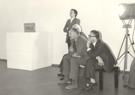 """stoi Stanisław Zadora (komisarz wystawy """"Paryż - Moskwa""""), siedzą Pontus Hulten (dyr. Muzeum Sztuki Nowoczesnej w Centre G. Pompidou),  Robert Bordaz (Centre G. Pompidou), dyr. Ryszard Stanisławski"""