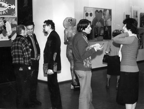 Od lewej artyści Jan Łukasik, x i Jerzy Treliński, z prawej red. Gustaw Romanowski (Głos Robotniczy) i Urszula Czartoryska (Dział Fotografii i Technik Wizualnych)
