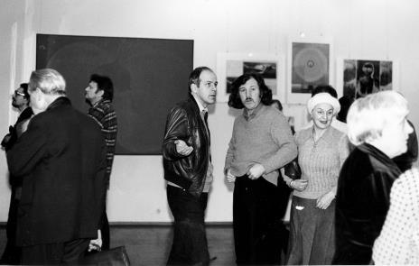 Z lewej profilem artyści Jerzy Treliński i Krystyn Zieliński, w środku dr Janusz Zagrodzki (Dział Grafiki i Rysunku Nowoczesnego) i Zbigniew Warpechowski
