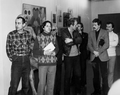 Od lewej Jaromir Jedliński (Dział Grafiki i Rysunku Nowoczesnego), red. Gustaw Romanowski (Głos Robotniczy), x, dr Janusz Zagrodzki (Dział Grafiki i Rysunku Nowoczesnego), x, Wiesław Karolak, x